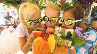 Die Mädchen v.li. Sabrina, Annika und Lisa amüsieren sich bei einem lustigen Cocktail-Ratespiel und ahnen nicht, wer sie gleich überraschen wird. © RTL