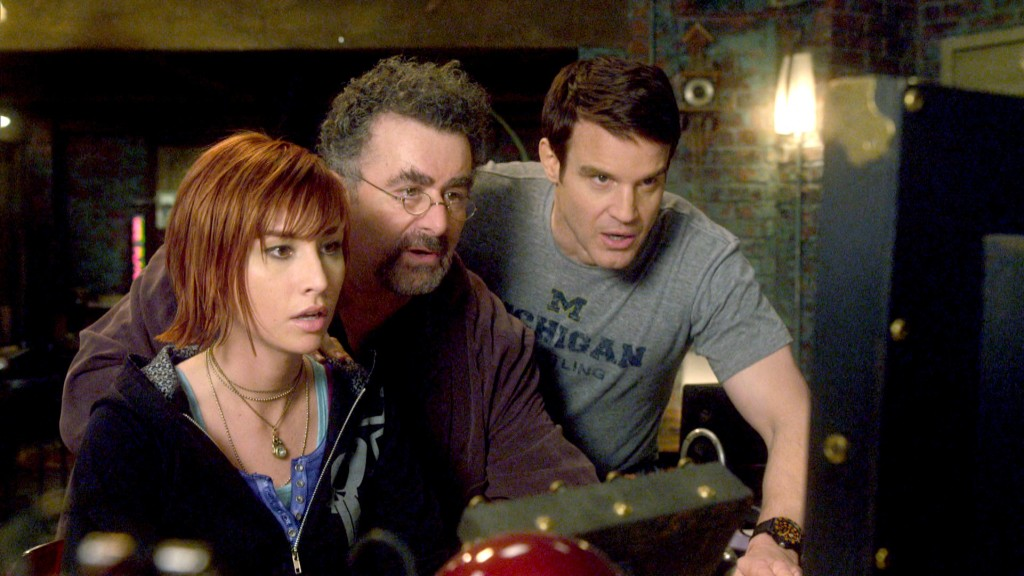 Claudia (Allison Scagliotti, li.), Artie (Saul Rubinek) und Pete (Eddie McClintock, re.) im Warehouse, © RTL II