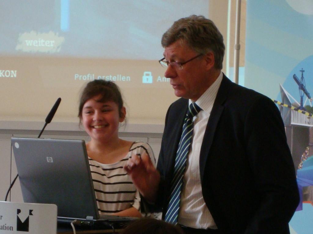 Schülerin der Friedensburg Oberschule Berlin mit Lutz Stroppe (Staatssekretär im Bundesministerium für Familie, Senioren, Frauen und Jugend)