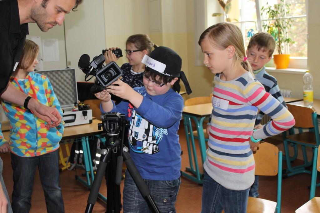 Jens Baumgarten mit Kindern der Zwötzener Grundschule in Gera bei der Kameraeinweisung