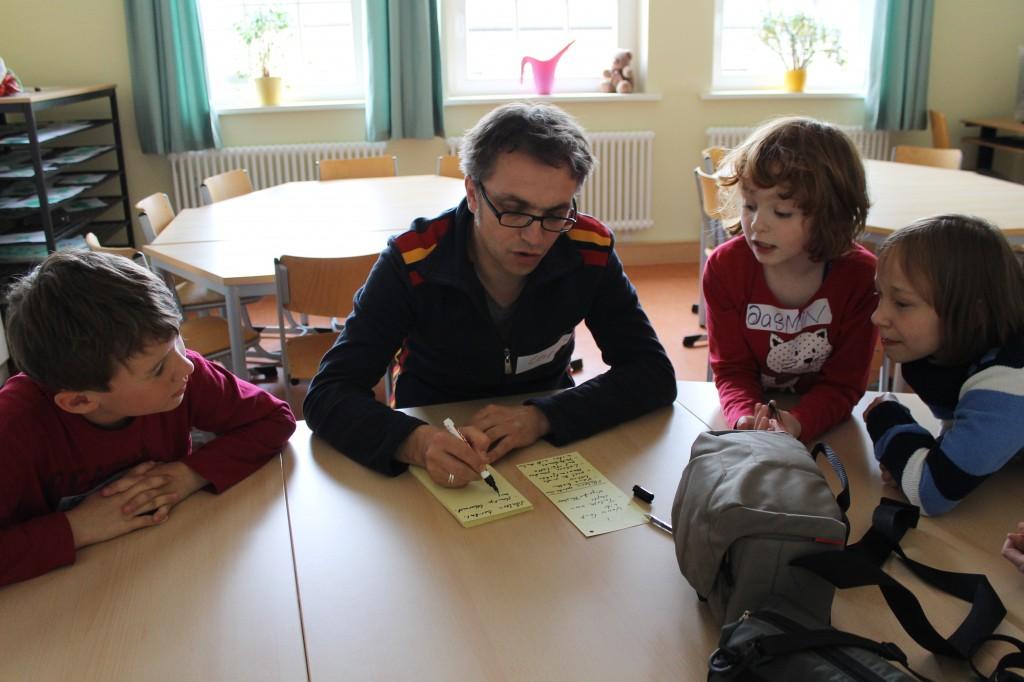 """Workshop im Rahmen des Kinderfimfestivals """"Goldener Spatz"""", Leopold Grün beim Erstellen des Drehplans"""