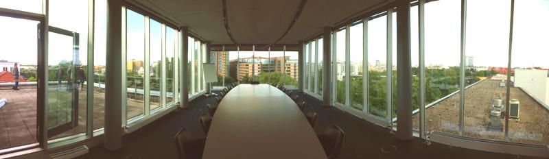 Gemeinschaftskonferenzraum über den Dächern von Berlin