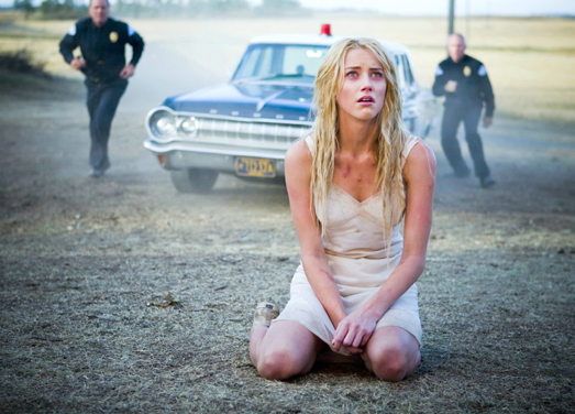 Die völlig verstörte Kristen (Amber Heard) wird verhaftet, weil sie ein altes Farmhaus in Brand gesetzt hat.. in John Carpenter's The Ward - Die Station © RTL II