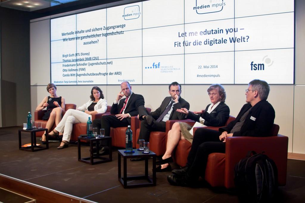 """Podium medien impuls """"Let me edutain you"""" © FSF mit Friedemann Schindler (jugendschutz.net), Carola Witt (Jugendschutzbeauftragte der ARD), Thomas Jarzombek (MdB CDU), Otto Vollmers (FSM), Birgith Guth (SUPER RTL), Moderation: Tanja Samrotzki"""