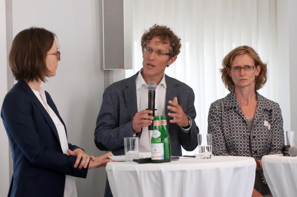 Christiane Watty (Moderation), Dr. Jan Glasenapp (Psychotherapeut) und Dr. Susanne Eggert (JFF) v.li., Sommerforum Medienkompetenz © FSF