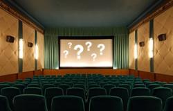 Blick in einen leeren Kinosaal, Fragezeichen auf der Leinwand, denn es geht um das zu erratende Kinoquiz © kinokompendium