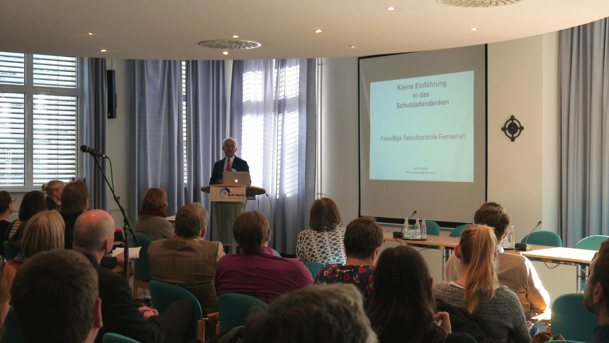 Klickvergrößernd: Referent Prof. Dr. Jens Förster (Ruhr-Universität Bochum) auf der FSF-Prüferfortbildung am 12. Oktober 2015 © FSF