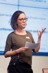 medien impuls von FSM und FSF am 26.11.2015 mit dem Titel: Nach der Reform ist vor der Reform: Bund und Länder streben eine umfassende Reform des Jugendschutzes an – aber welche? Moderatorin Christine Watty © FSF