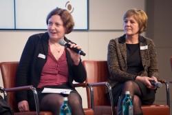 Klickvergrößernd; v.r.: Claudia Mikat (FSF) und Isabell Rausch-Jarolimek (die medienanstalten) am Mikrofon: Diskussion: Gegenseitige Anerkennung der Prüfergebnisse. Einfaches Problem, komplizierte Regelung: Wie soll das klappen? auf dem medien impuls von FSM und FSF am 26.11.2015 mit dem Titel: Nach der Reform ist vor der Reform: Bund und Länder streben eine umfassende Reform des Jugendschutzes an – aber welche? © FSF