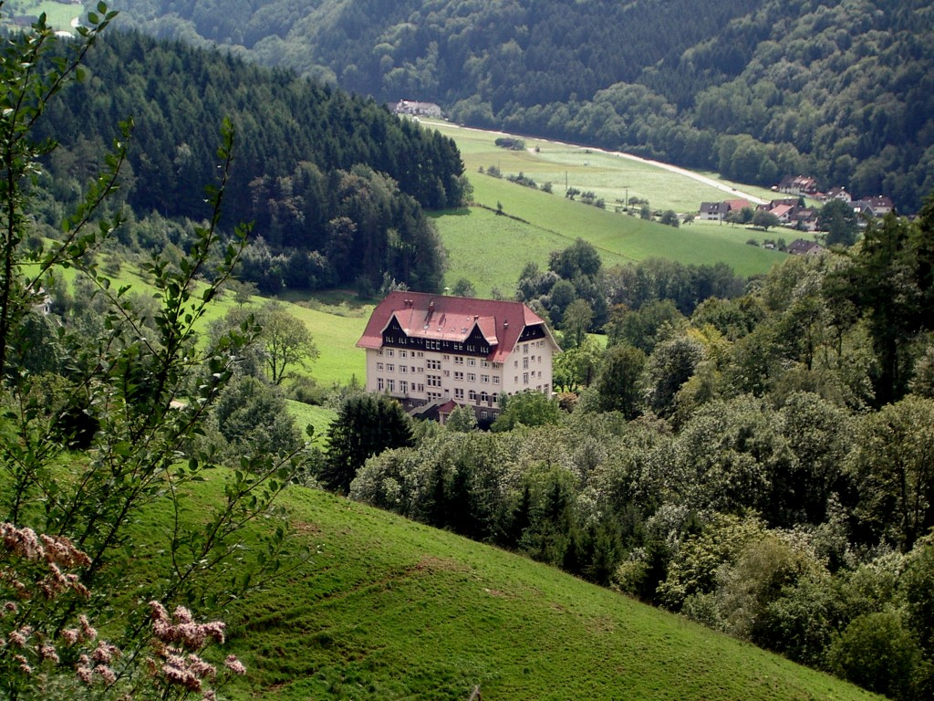 Der Carlsbau im Glottertal, bekannt geworden durch die Serie Schwarzwaldklinik, zur Zeit der Dreharbeiten war es die Klinik Glotterbad der Landesversicherungsanstalt Württemberg.