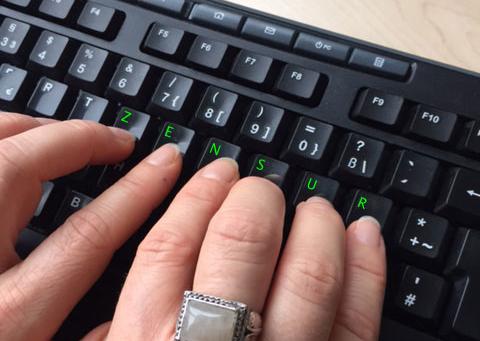 Bebilderung für Beitrag Freedom of the Net 215: Schwarze Tastatur mit grün markierten Buchstaben auf den Tasten, die das Wort Zensur ergeben. Sichtbare Finger auf diesen Tasten suggerieren, das Wort Zensur zu tippen. © FSF