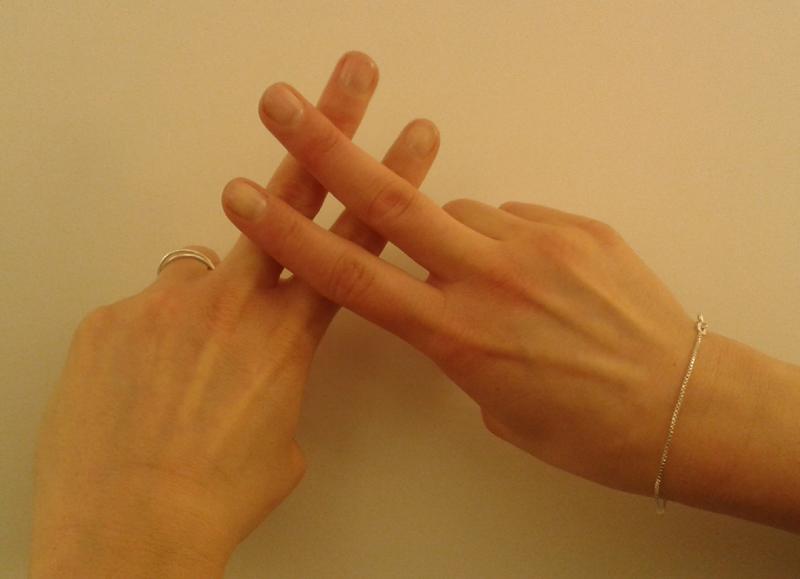 """Bebilderung des Artikels """"News für die Hashtag-Generation"""" von Vera Linß aus der tv diskurs 74. Zu sehen sind zwei zu einem Hashtag-Zeichen (Routensymbol) übereinander gelegte Finger vor einer Wand. © FSF"""