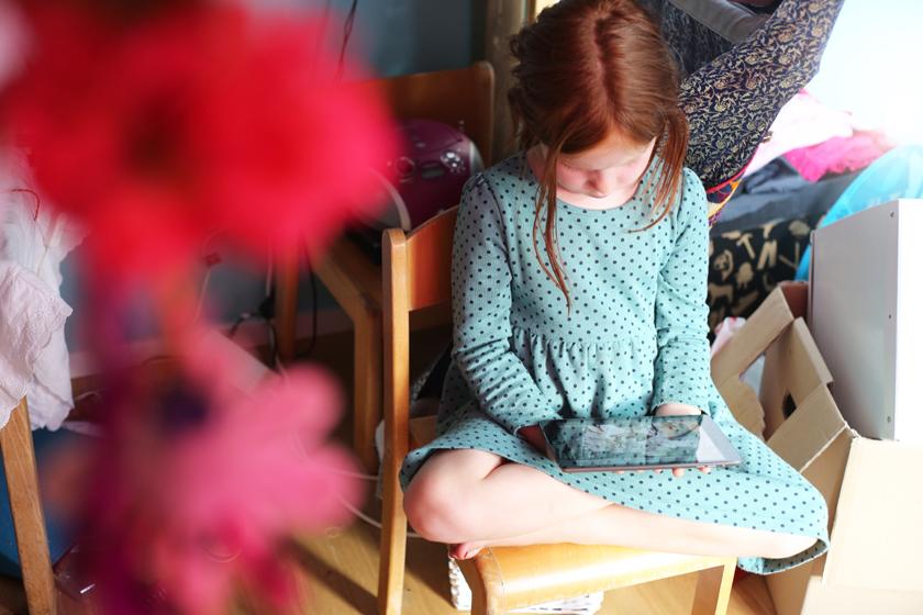 Mädchen im Kinderzimmer mit einem Tablet (PC) in der Hand © sh/fsf