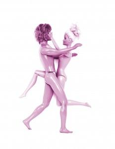 Ein Barbiepuppen-Paar nackt ineinander verschlungen/sich umarmend © FSF