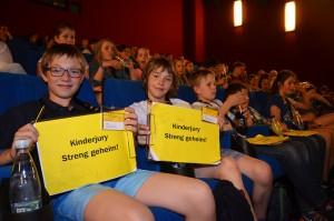 Pssst...Die Kinderjury Kino/TV sitzt auch im Kinosaal und schaut fleißig alle 36 Wettbewerbsbeiträge ..., aber ihre Bewertungen bleiben streng geheim! © Festival Goldener Spatz
