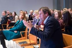 """Prof. Dr. Klaus Sachs-Hombach am Mikrofon, medien impuls: """"Mächtige Bilder, ohnmächtige Ethik? Der verantwortbare Umgang mit Filmen und Fotografien"""" am 7.12.2017 in der Bertelsmann Repräsentanz Berlin. © sh/fsf"""