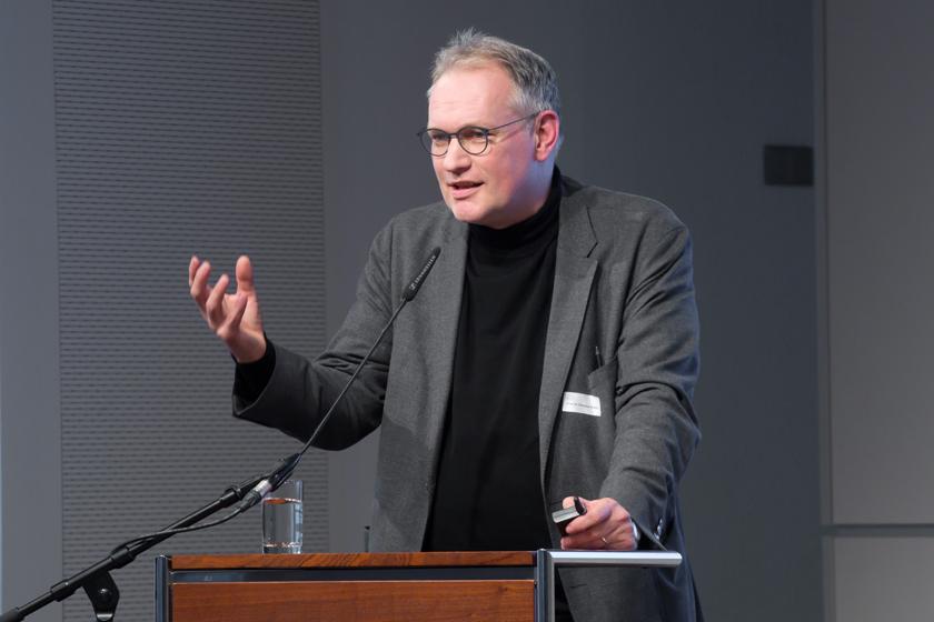"""Prof. Dr. Christian Schicha, medien impuls: """"Mächtige Bilder, ohnmächtige Ethik? Der verantwortbare Umgang mit Filmen und Fotografien"""" am 7.12.2017 in der Bertelsmann Repräsentanz Berlin. © sh/fsf"""