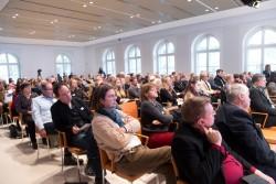 """Blick in das Publikum, medien impuls: """"Mächtige Bilder, ohnmächtige Ethik? Der verantwortbare Umgang mit Filmen und Fotografien"""" am 7.12.2017 in der Bertelsmann Repräsentanz Berlin. © sh/fsf"""