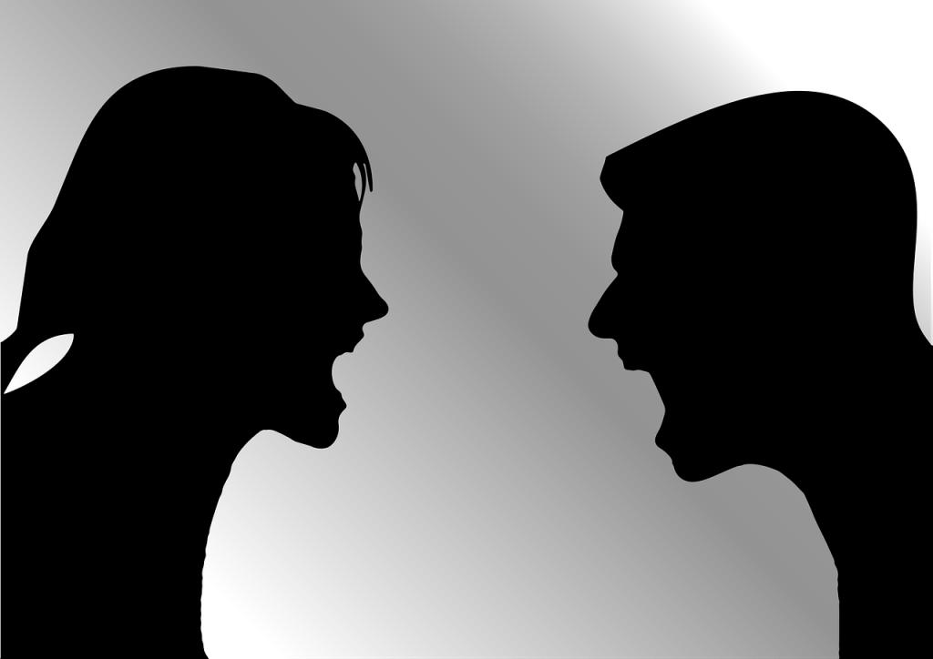 Bildquelle: Pixabay -- Streitkultur: Silhouette auf Seitenprofil eines Paares (in schwarz-weißer Vektorgrafik), das sich anschreit.