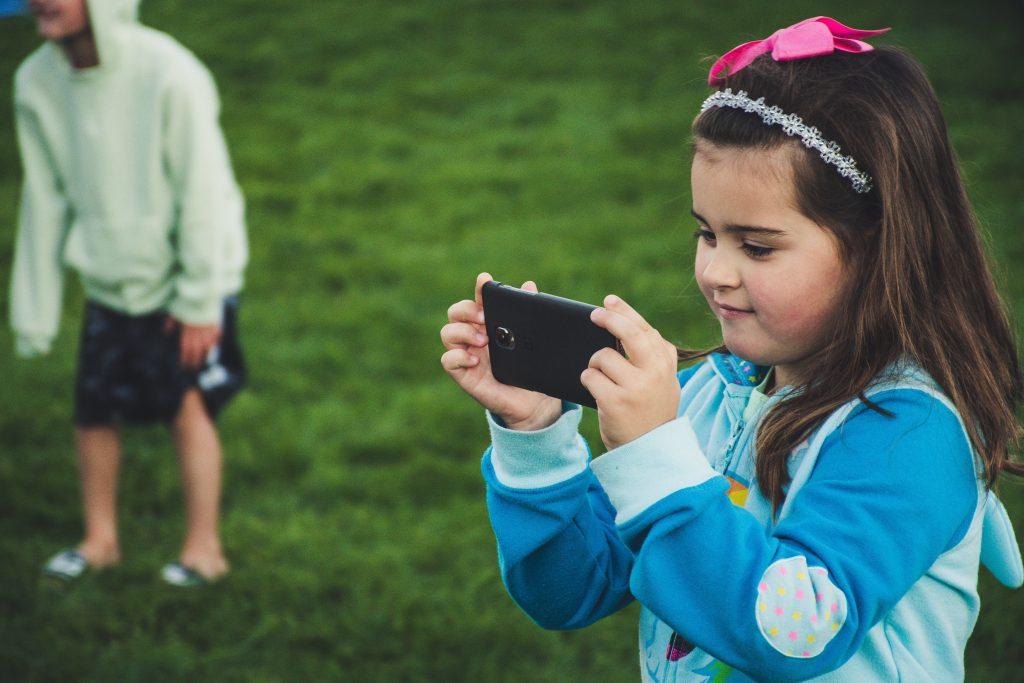 Smartphone Kind+ Foto: pexels.com