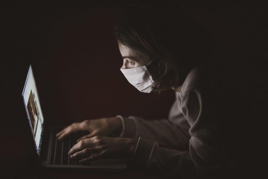 junge Fau mit Maske vorm Bildschirm; Bild von Engin Akyurt auf Pixabay;