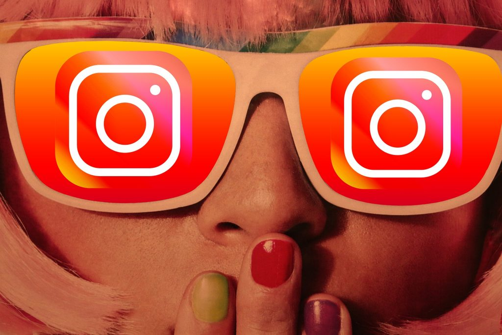 Mädchengesicht mit Social-Media-Brille und verschiedenfarbig bemalten Fingernägeln mundzuhaltend; Bild von Gerd Altmann @geralt bei pixabay.com