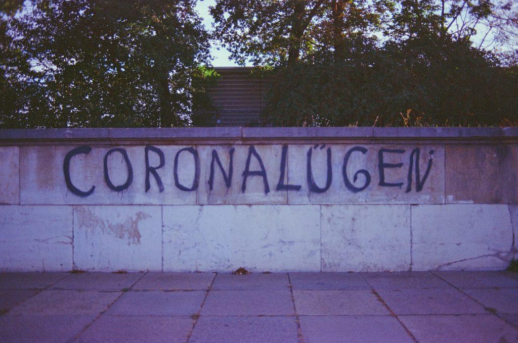 Schriftzug CORONALÜGEN auf eine Mauer gesprüht; Photo by Markus Spiske on Unsplash
