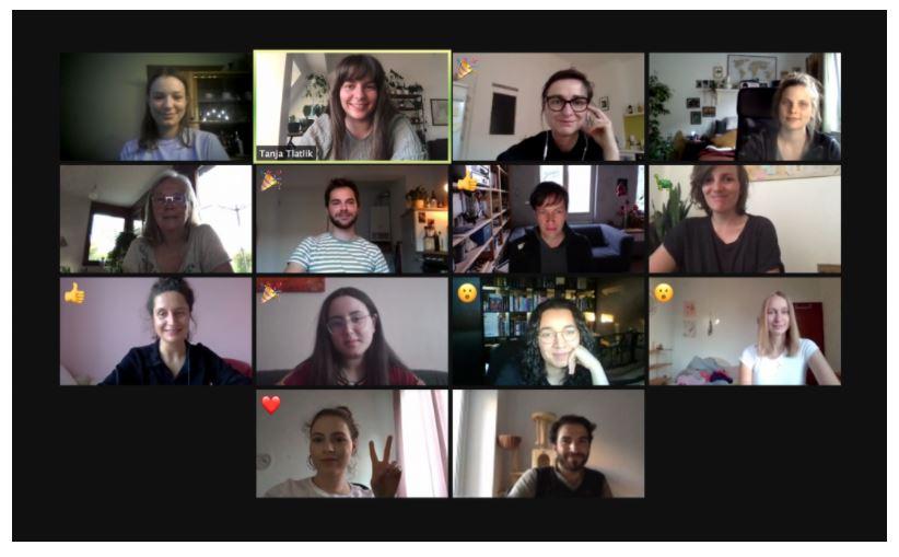 Screenshot einer Videogesprächsansicht mit Gesichtern der 14 Teilnehmenden als Kacheln angeordnet vor schwarzem Hintergrund © doxs!
